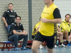 Hans Zwaan bekijkt zijn ploeg